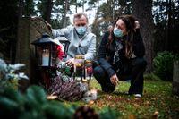 Micke och Jeanette Brisenmark på Skogskyrkogården.