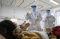 Vårdpersonal undersöker en patient på Jinyintansjukhuset i Wuhan i Hubeiprovnisen.