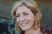 """Amanda Svensson (född 1987) är författare, kulturskribent och översättare, numera  bosatt i England. Hon debuterade 2008 med """"Hey Dolly"""" (2008). För """"Välkommen till den här världen"""" nominerades hon till Augustpriset 2011. """"Ett system så magnifikt att det bländar"""" är hennes fjärde roman."""