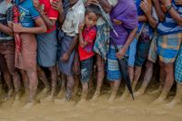 Trängsel i matkön i bangladeshiskt läger för de rohingyer som drivits på flykt från Burma med den tidigare fredspristagaren Aung San Suu Kyis goda minne.