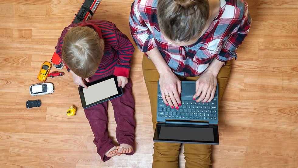Undvik att ta strid om skärmtid nu, råder barnpsykolog Liv Svirsky.