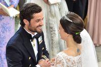 Prins Carl Philip och Sofia Hellqvist vid bröllopet i Slottskyrkan.
