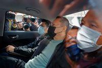 Demokratiförespråkaren Benny Tai förs bort av polis på onsdagen.