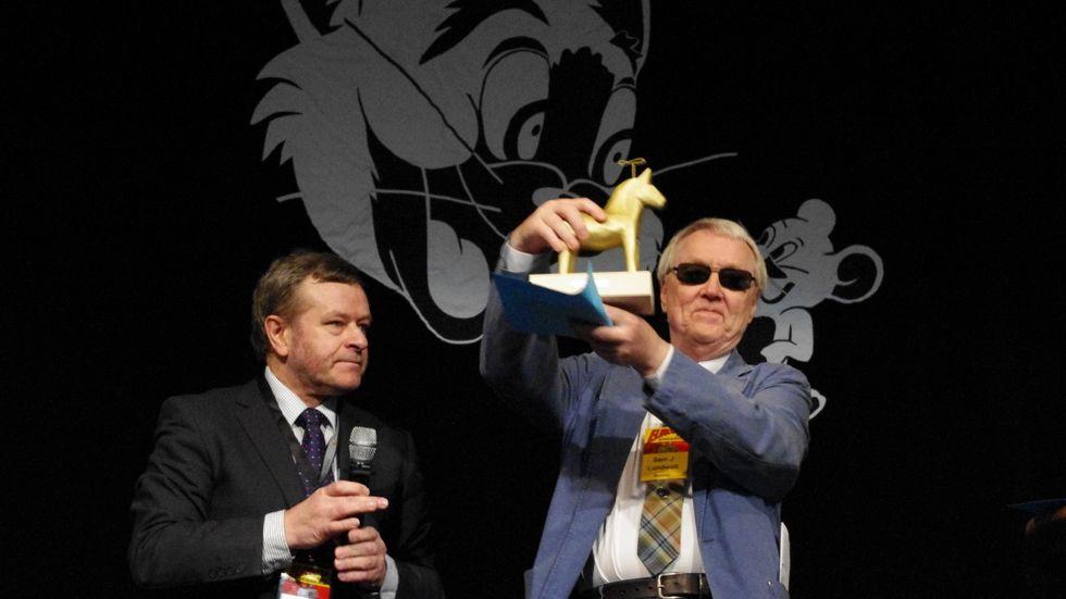 """På en science fiction-konferens i Stockholm 2011 tog SamJ Lundwall emot priset """"European Grand Master"""" av European science fiction society"""