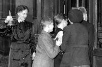 Under tiden 1936–48 genomfördes den sjuåriga folkskolan från att tidigare varit sex år. Bilden är daterad den 14 oktober 1947 och visar fröken Vera Ohlson när hon ringer in skolans elever från rast, vilket hon har gjort i 25 år.