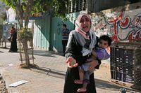 Palestinier i Gaza city flyr sina hem efter att Israel med hjälp av flygblad varnat för nya flygattacker.