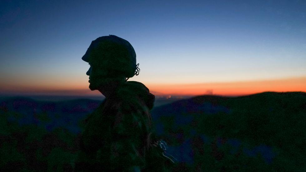 Soldater vaktar gränsen vid östra Ukraina.