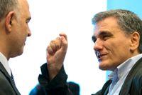 Pierre Moscovici och Euclid Tsakalotos på mötet i Luxemburg.