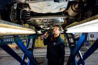Sedan avregleringen av bilbesiktningen trädde i kraft för fem år sedan skickas inte längre kallelser ut automatiskt. På bilden inspekterar Morgan Isacsson en Toyota Yaris i Rissne, Stockholm.
