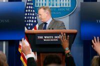 Vita husets pressekreterare Sean Spicer lämnar presskonferensen där han skällde ut den samlade mediekåren.