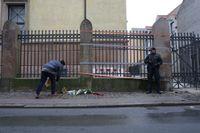 Blommor framför synagogan där en vakt sköts till döds under natten mot söndagen.