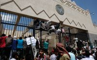 Här stormas den amerikanska ambassaden i Sanaa i Jemen.