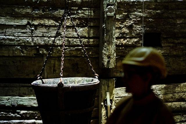 Förr i tiden var den här tunnan en hiss för gruvarbetarna. De stod med ett ben i tunnan och höll sig i repet när de hissades upp