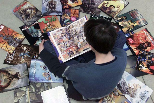 Hackkycklingen och ensamvargen hittar gemensam mark i kärlek till serietidningar. Sedan hittar de kärleken till varandra.