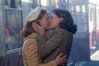 Holliday Grainger som Lydia och Anna Paquin som Dr Markham.