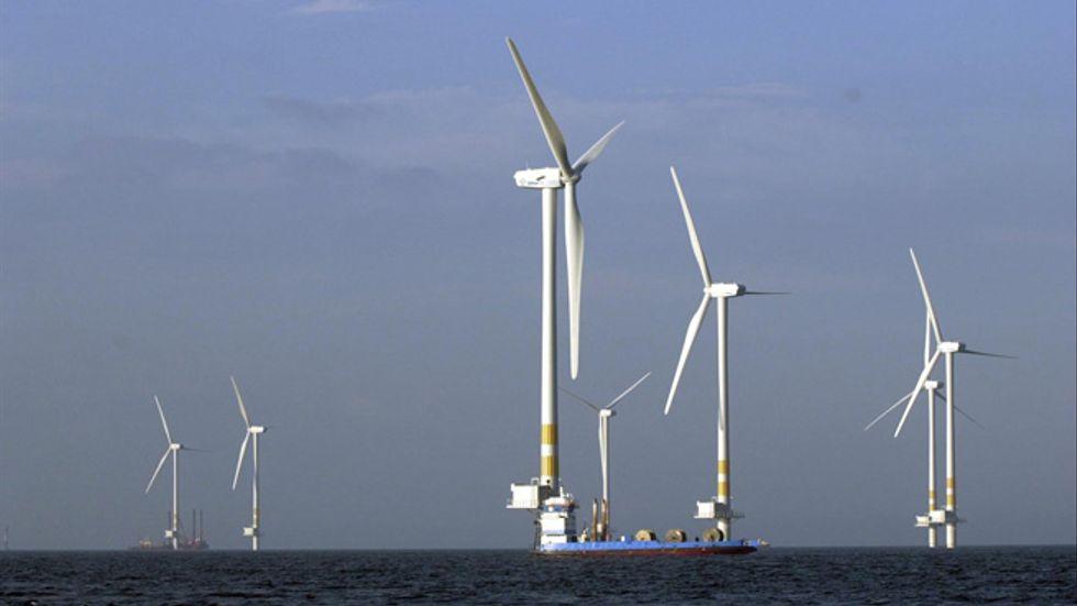 Vindkraftverk som uppförs i Kalmarsund.