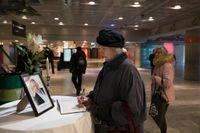 Hjördis Wester skriver i en kondoleansbok på Kulturhuset.