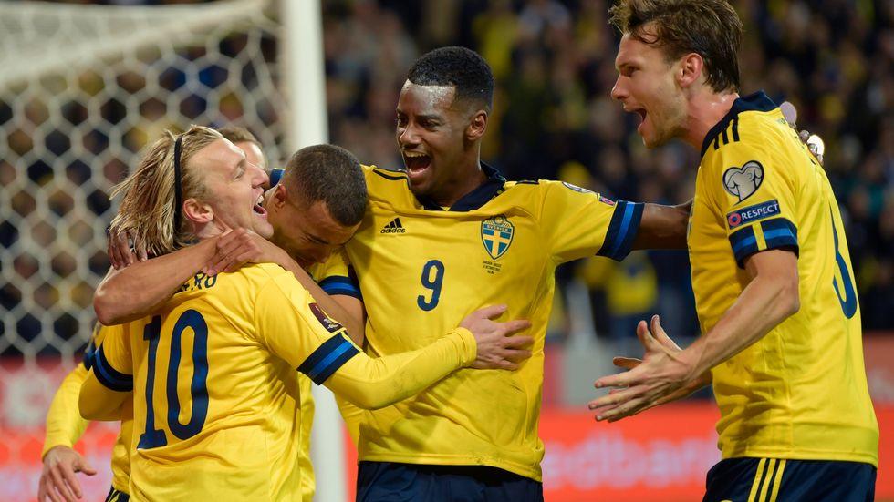 Svenskt jubel efter Emil Forsbergs 1–0-mål. Alexander Isak (9) gjorde strax efter 2–0.