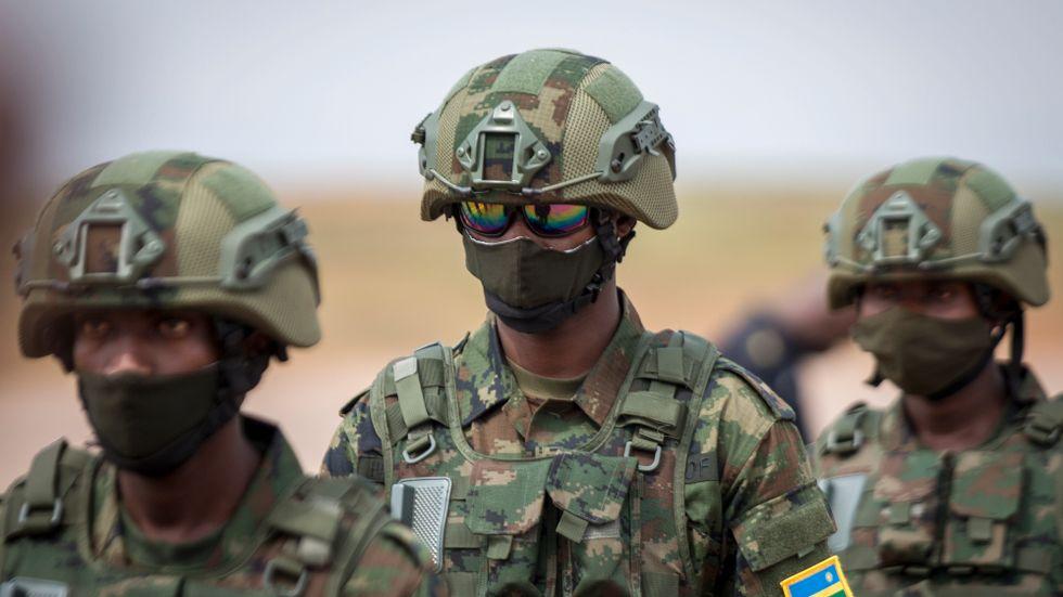 Rwandiska soldater gör sig redo för avfärd till Moçambique den 10 juli.