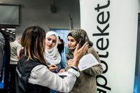 Utbildade apotekarna Reem Ataallah och Alaa Mohammad pratar med apotekaren Adelina Andersson.