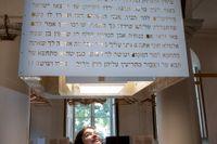 Museichefen Christina Gamstorp under en chavruta-lampa med texter från Talmud. Foto: Christine Olsson.