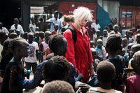 Camilla Rud från Svenska sektionen av Clowner Utan av Gränser anländer till Mahad i sydsudanska Juba. Här samlas barn och ungdomar som tvingats på flykt från våldet i konflikten som startade i december 2013. I juni påbörjades arbetet med 30 utvalda ungdomar med en två veckor lång workshop där deltagarna fick lära sig grunderna i akrobatik, jonglering och clowneri. I september fortsatte workshopen med ytterligare två veckor med fyra andra clowner.
