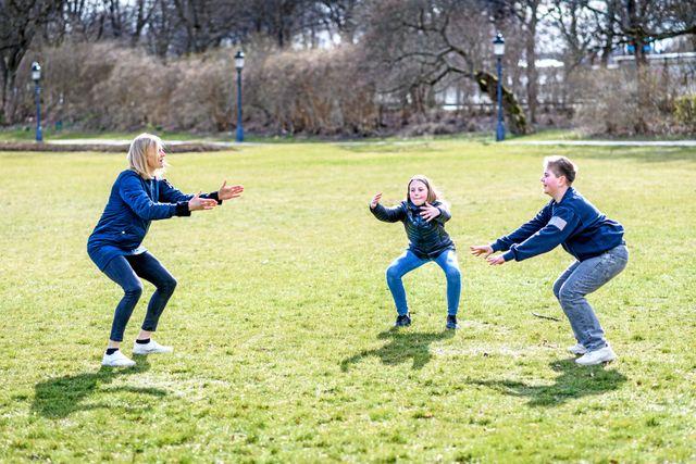 Juniorreportrarna får testa på några enkla övningar som man kan göra när som helst. Foto: Ari Luostarinen