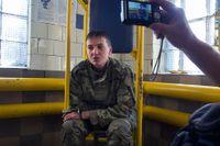 Den 19 juni visades den ukrainska piloten Nadezjda Savtjenko upp för medierna, fängslad med handbojor kort efter att hon tagits tillfånga av troligtvis ryska separatister. I går kom ett uttalande från Ryssland där man påstod att hon avslöjat de två ryska journalisternas position för den ukrainska armén.
