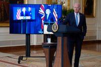 USA:s president Joe Biden, Australiens premiärminister Scott Morrison på skärm i mitten och Storbritanniens premiärminister Boris Johnson till vänster, håller en gemensam presskonferens om bildandet av en ny säkerhetspakt.