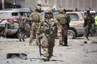 Amerikanska soldater inspekterar skadorna efter en självmordsbomb i Kabul den 17 maj i år.