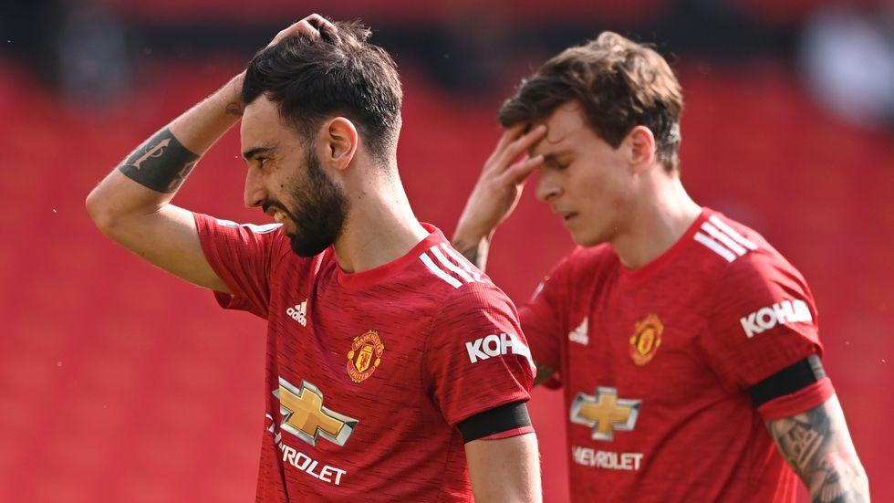 Supportrarna rasar mot Bruno Fernandes (vänster) och Victor Nilsson Lindelöfs Manchester United.
