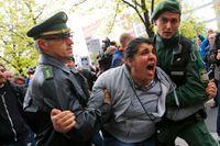 Rättegångsstarten möttes av högljudda protester.