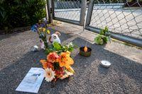 Blommor, ljus och nallar utanför simbassängen i Skanör-Falsterbo på tisdagskvällen efter att en pojke omkommit i en drunkningsolycka.