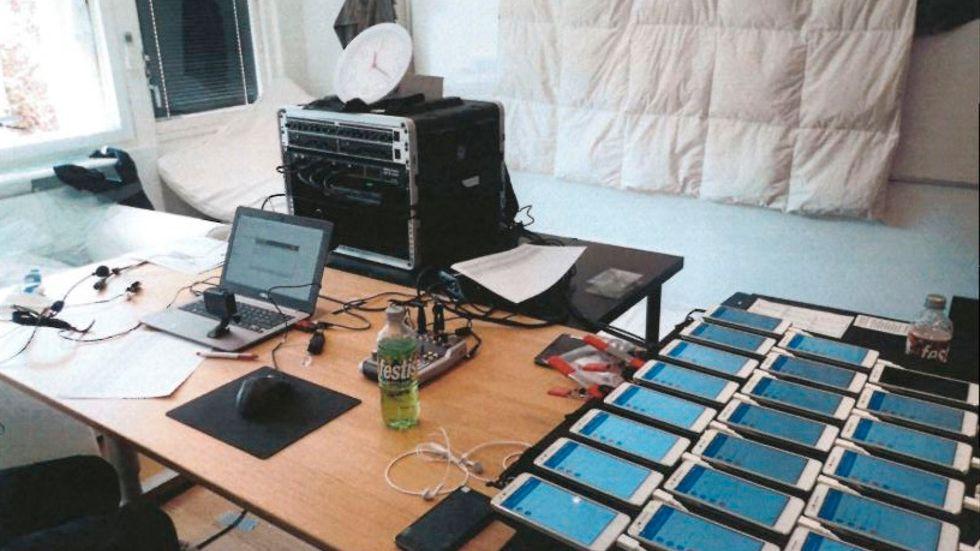 Teknisk utrustning som använts för att förmedla rätta resultat under pågående prov. Ur polisens förundersökningsprotokoll.