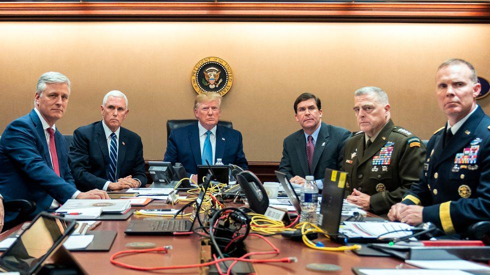 """Donald Trump, vicepresident Mike Pence, utrikesminister Mark Esper och höga militärer övervakade operationen i Vita husets """"Situation room""""."""