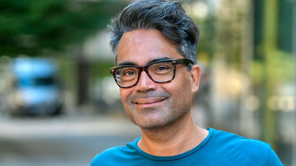"""Komikern David Batra tipsar om recept på indisk mat ur sin kokbok """"David Batras inte så tråkiga indiska mat""""."""