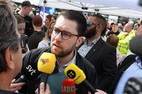 Sverigedemokraternas partiledare Jimmie Åkesson intervjuas av journalister under partiets valturné inför EU-valet i maj 2019.