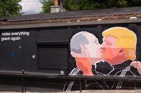 Relationen mellan Putin och Trump kommer knappast att bli så harmonisk som i detta berömda gatukonstverk i Vilnius, Litauen.