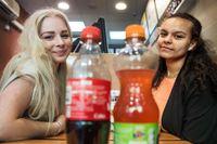 """Malin Söderquist, 17 år: """"Jag dricker läsk någon gång i veckan. Jag har det i bakhuvudet, men jag vill gärna inte tänka på det."""" Emy Opedal, 17 år: """"Jag dricker söta drycker någon gång i veckan, då oftast juice, annars dricker jag vatten. Jag har i bakhuvudet att det inte är bra, men jag tänker att jag borstar tänderna sedan. Jag borde kanske tänka på det lite mer för det är ju jobbigt att skaffa nya tänder sedan."""