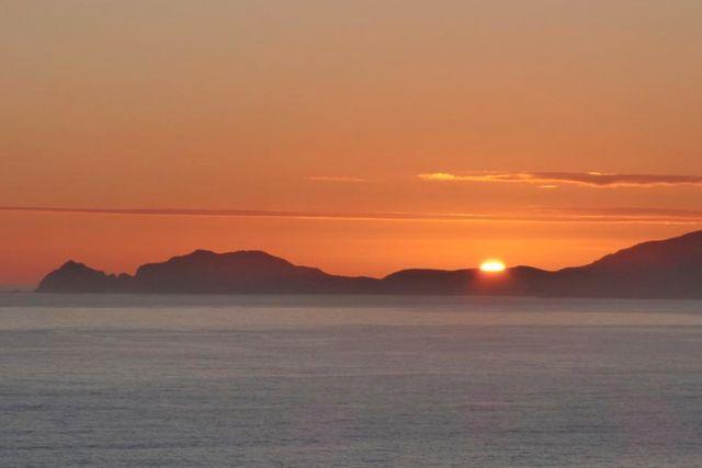 På Maatsuyker Island caretakers Facebook-sida möts man av slående vackra miljöbilder från ön. Vad sägs om den här vyn i sex månader?