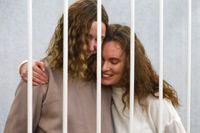 Journalisterna Daria Chultsova (till vänster) och Katerina Bachvalova i rätten i Minsk den 9 februari.