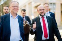 Niedersachsens socialdemokratiske ledare Stephan Weil (till vänster) på väg till ett kampanjmöte i Hildesheim i sällskap med partiledaren Martin Schulz (till höger).
