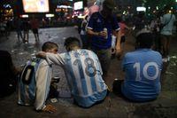 Fotbollssupportrar i Buenos Aires under en demonstration i mars för att få klarhet i hur Diego Maradona dog.