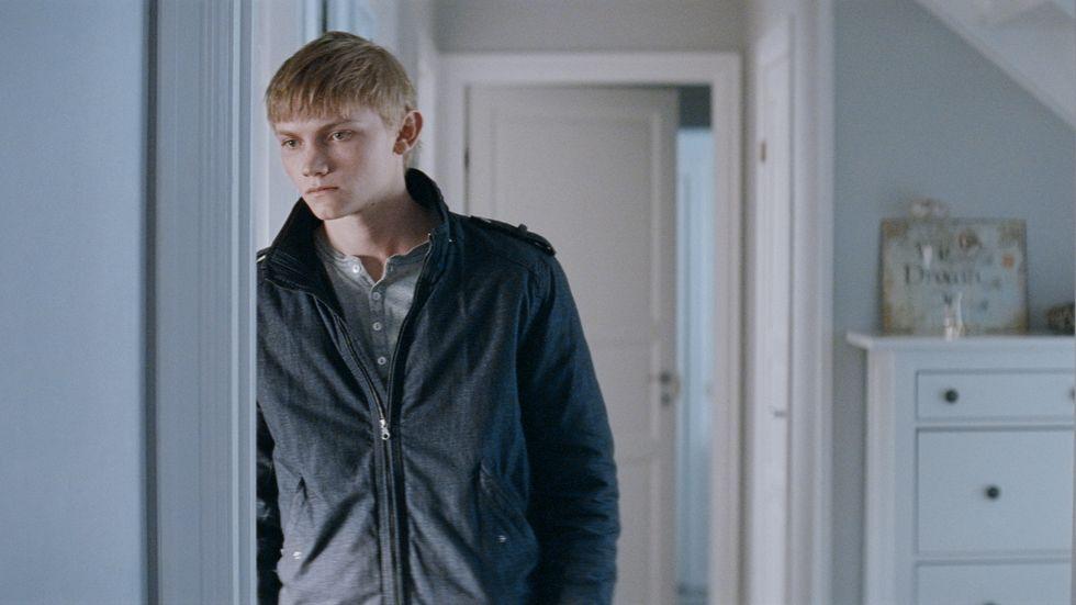 John, spelad av Ulrik Munther, blir utfryst när han kommer tillbaka till sitt klassrum.