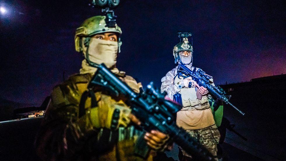 Talibanska styrkor på Kabuls flygplats, iklädda amerikanska uniformer och beväpnade med vapen som lämnats kvar.