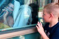 Sexårige Brody Barker vinkar till sin pappa Daryl, som vårdas för covid-19 på ett sjukhus i Missouri.