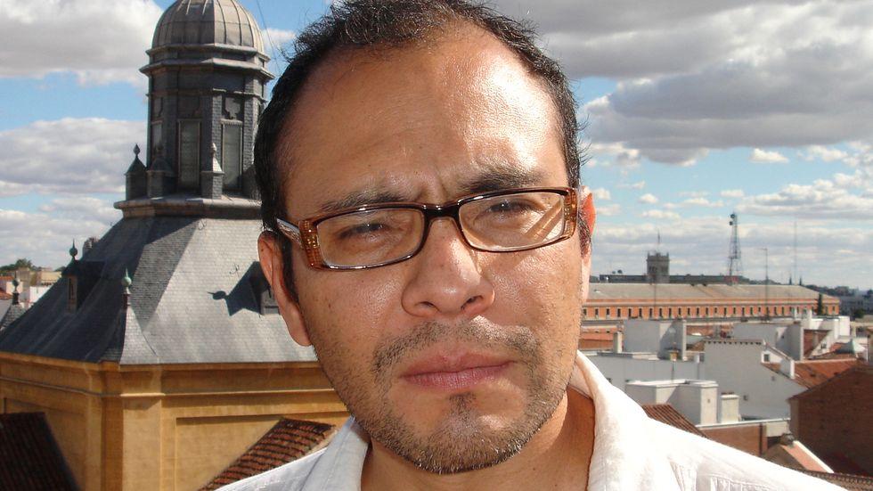 """Yuri Herrera (född 1970) studerade statsvetenskap i El Paso och tog senare en doktorsexamen i litteratur vid Berkeley-universitetet i Kalifornien. Hans genombrott som författare kom 2009 med romanen""""Tecken som föregår jordens undergång""""."""