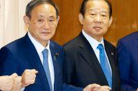 Japans premiärminister Yoshihide Suga tillsammans med Toshihiro Nikai (höger) i september förra året.