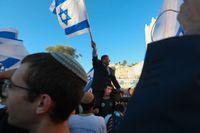 En av dem som deltog i den högernationalistiska flaggmarschen var Knessetledamoten Itamar Ben-Gvir (från partiet Tkuma) som här syns sittandes på en deltagares axlar.