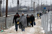 Flyktingar som lämnat ett transitcenter nära byn Tabanovce i norra Makedonien den 3 januari 2016. Trots kylan försöker flyktingar ta sig norrut i Europa även om strömmen av människor nu har minskat.